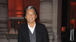 Záber z roku 2013, Kenzo Takada prichádza na výstavu kolegu Azzedina Alaiu v Paríži.