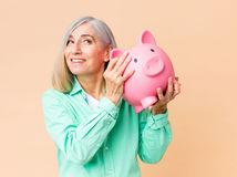 žena, dôchodkyňa, prasiatko, šetrenie, sporenie