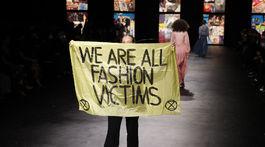 Počas prehliadky značky Christian Dior sa odohral na móle aj takýto protest.