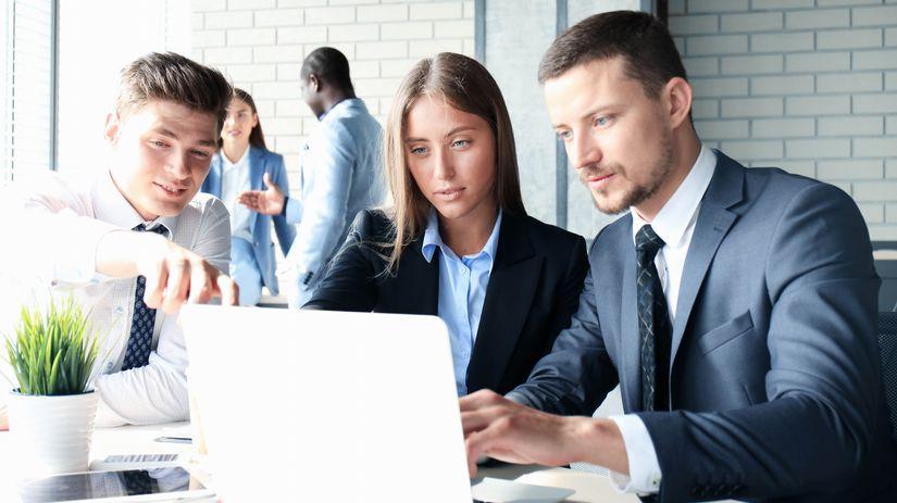 kolegovia, tím, práca, spolupráca, ukazovanie
