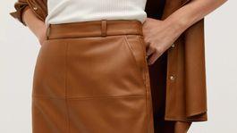 Sukňa s koženým efektom Mango, predáva sa za 29,99 eura.