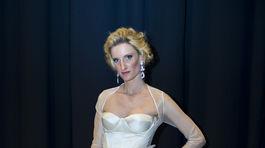 Moderátorka Adela Vinczeová v šatách z dielne Marcela Holubca.