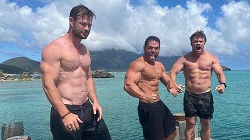 Herec Chris Hemsworth (vľavo).