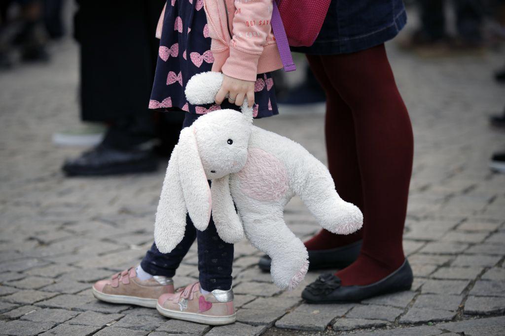 Rumunsko, protest, hračka, zajačik, dieťa,