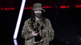 Speváčka Billie Eilish bola jednou z mála ocenených, ktorá prevzala cenu s rúškom na tvári.