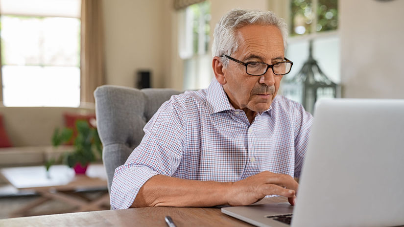 muž, dôchodca, penzista, notebook, práca