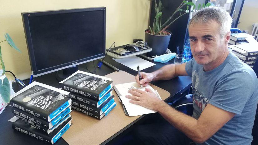 Peter Šloser podpisuje