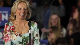 Budúca prvá dáma USA Jill Biden v pestrých kvetovaných šatách vo februári 2020.