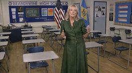 Jill Biden v zelených šatách na jednom z promo videí.