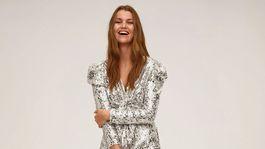 Dámske šaty so strieborným trblietavým dezénom Mango, predávajú sa za 79,99 eura.
