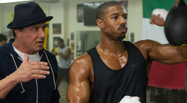 Herec Michael B. Jordan (vpravo) a herec Sylvester Stallone na zábere z filmu Creed.