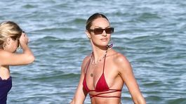 Topmodelka Candice Swanepoel na pláži v Miami.
