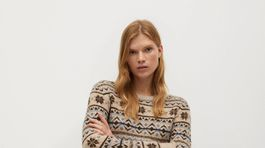 Dámsky krátky sveter s nórskym vzorom. Predáva Mango za 29,99 eura.