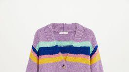 Dámsky sveter na zapínanie s prúžkovaným vzorom. Predáva Mango za 39,99 eura.