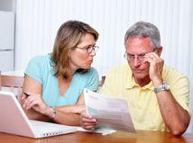 manželia, seniori, papiere, dlhy, problémy, čítanie