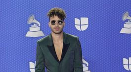 2020 Latin Grammy Prince Royce na červenom koberci.