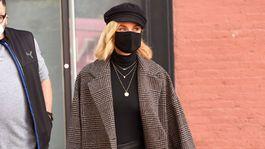 Herečka Diane Kruger v uliciach New Yorku oblečená v kabáte značky Mango.