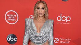 Je podľa vás v poriadku, keď Jennifer Lopez stále pózuje nahá?