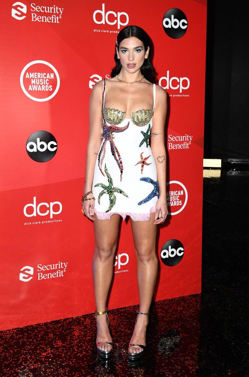 Speváčka Dua Lipa v kreácii Versace na American...