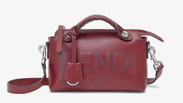Menšia dámska kabelka Fendi, predáva sa za 1350 eur.