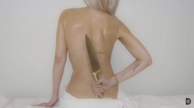 Záber z videoklipu ku skladbe Pena od speváčky...