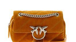 pinko295Zamatová dámska kabelka s detailom retiazky na držadle. Predáva Pinko za 295 eur.