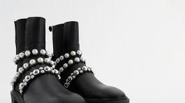 Členkové čižmy zdobené remienkami s perlami Zara. Predávajú sa za 79,95 eura.