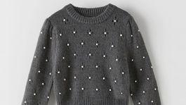 Dámsky pulóver zdobený perličkami Zara. Predáva sa za 29,95 eura.