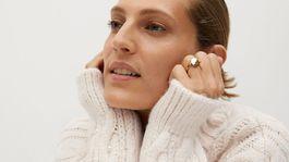Dámsky sveter so zašívanými perličkami Mango. Predáva sa za 59,99 eura.