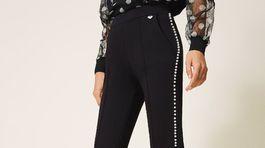 Nohavicami po bokoch lemované perličkami Twinset. Predávajú sa za 150 eur.