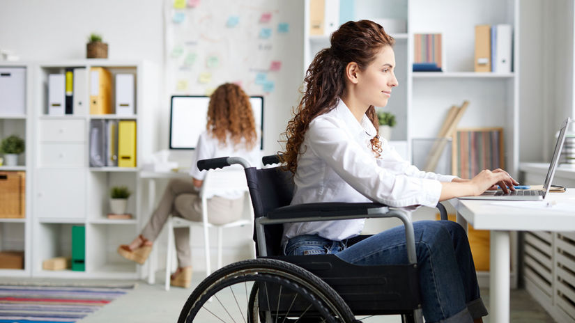 ťzp, žena, práca, invalidný vozík, kancelária