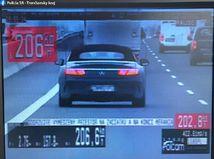 Mercedes diaľnica rýchlosť polícia auto