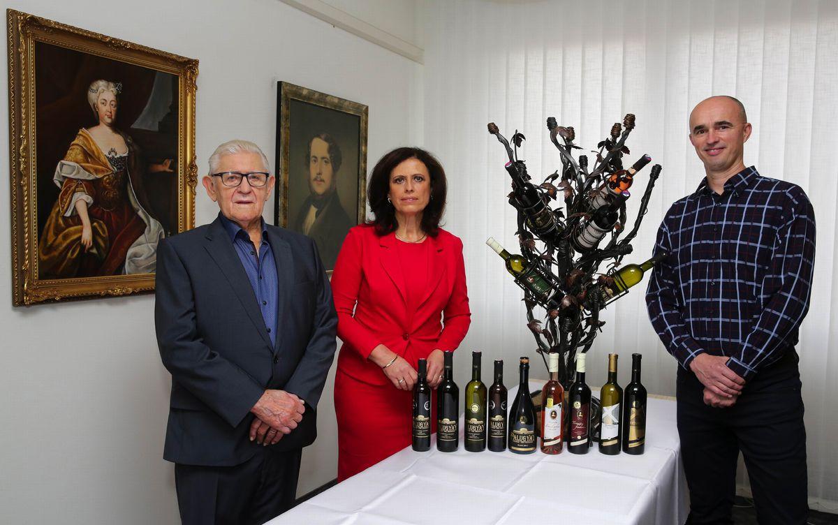 Trio, na ktorom stojí Villa Vino Rača: Ján Krampl, generálny riaditeľ (zľava), Jana Baničová, obchodná riaditeľka a Richard Polkoráb, výrobný riaditeľ.