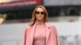 Britská televízna celebrita Amanda Holden na ulici v Londýne.
