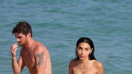 Chantel Jeffries a jej partner Drew Taggart na pláži v Miami.