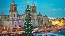 Aj napriek slnečnému počasiu sa oslavám Vianoc nevyhýbajú ani v Mexiku. Vianočný stromček na slávnom mexickom námestí v metropole krajiny je jedným z najvyhľadávanejších turistických magnetov v predvianočnej sezóne.