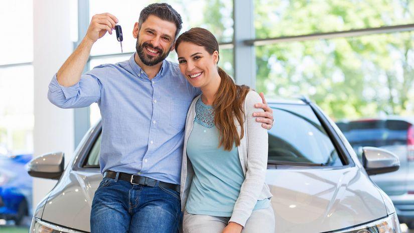 auto, manželia, objatie, úsmev, kľúče