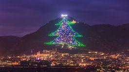 Taliansko a jeho vianočný stromček v meste Gubbio, ktorý zdobí celý svah.