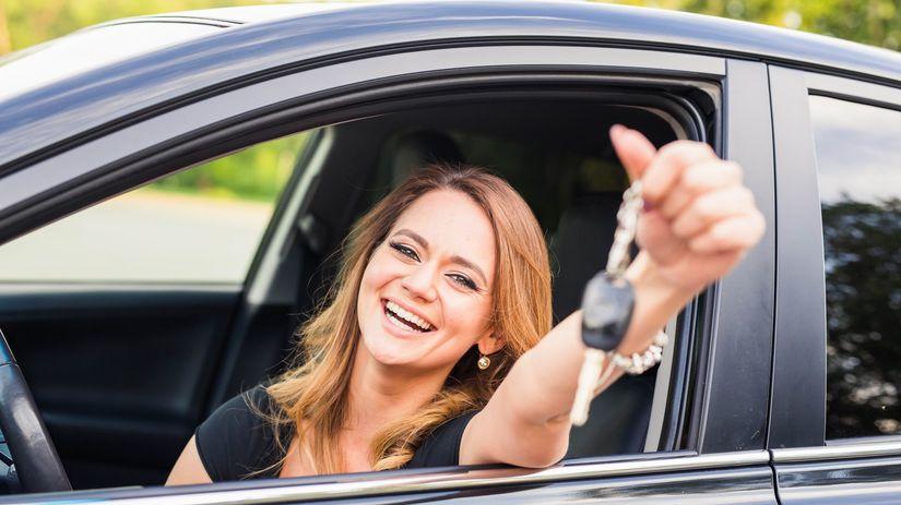 žena, auto, kľúče, radosť