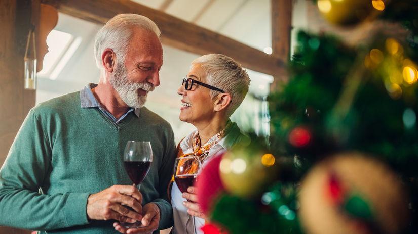 penzisti, seniori, manželia, Vianoce, prípitok,...