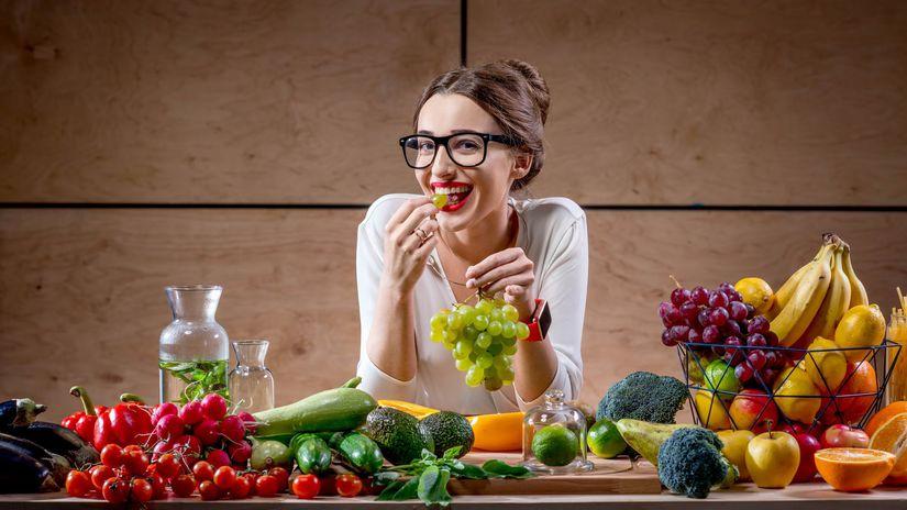 žena, okuliare, hrozno, úsmev, zdravá strava