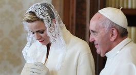 Monacká princezná Charlene pri stretnutí s pápežom Františkom v roku 2016 vo Vatikáne.