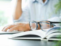 okuliare, kniha, práca, rozmýšľanie
