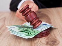 sudca, kladivko, spravodlivosť, peniaze, bankovky, rozhodnutie, rozsudok, dedičstvo