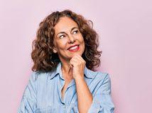žena, rozmýšľanie, úsmev, dôchodkyňa