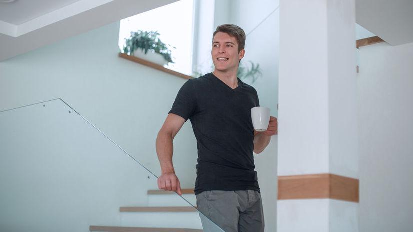 domov, schody, muž, úsmev