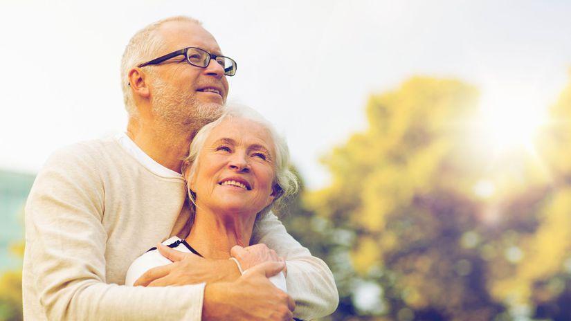 seniori, manželia, úsmev, objatie