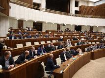 Parlament schválil balík zmien súvisiaci s druhou vlnou pandémie i očkovaním
