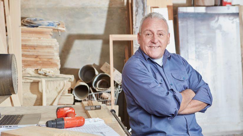 práca, drevo, dielňa, pracujúci penzista