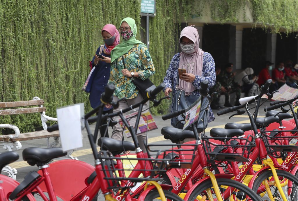 Indonézia, rúška, mobil, bicykle? jakarta